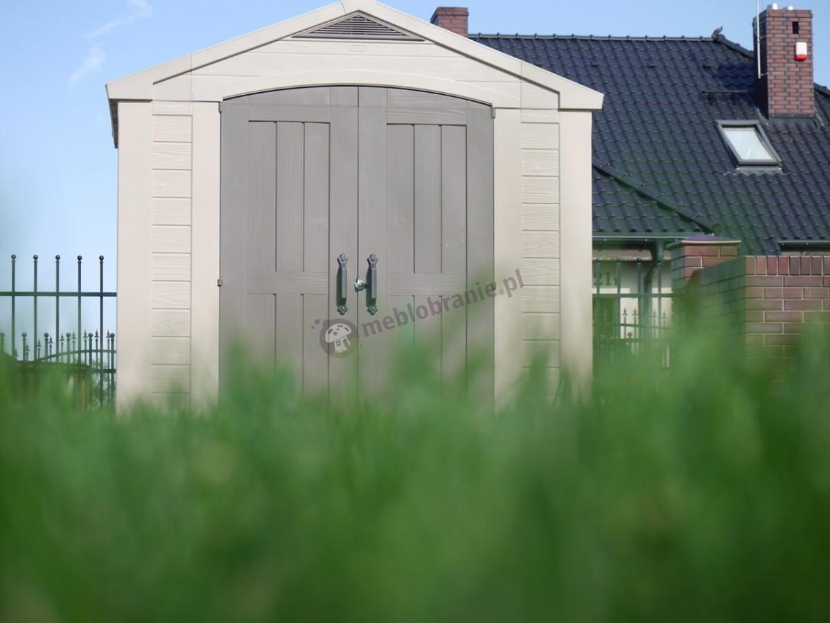 Domek ogrodowy z tworzywa Keter Factor w ogrodzie