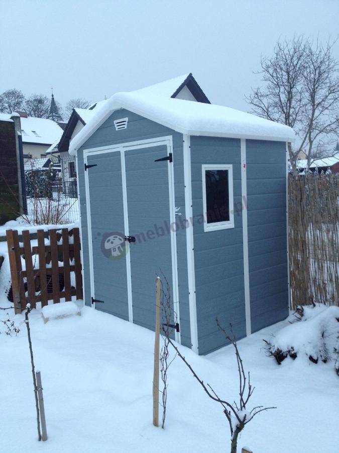 Domek ogrodowy z tworzywa Keter przykryty śniegiem
