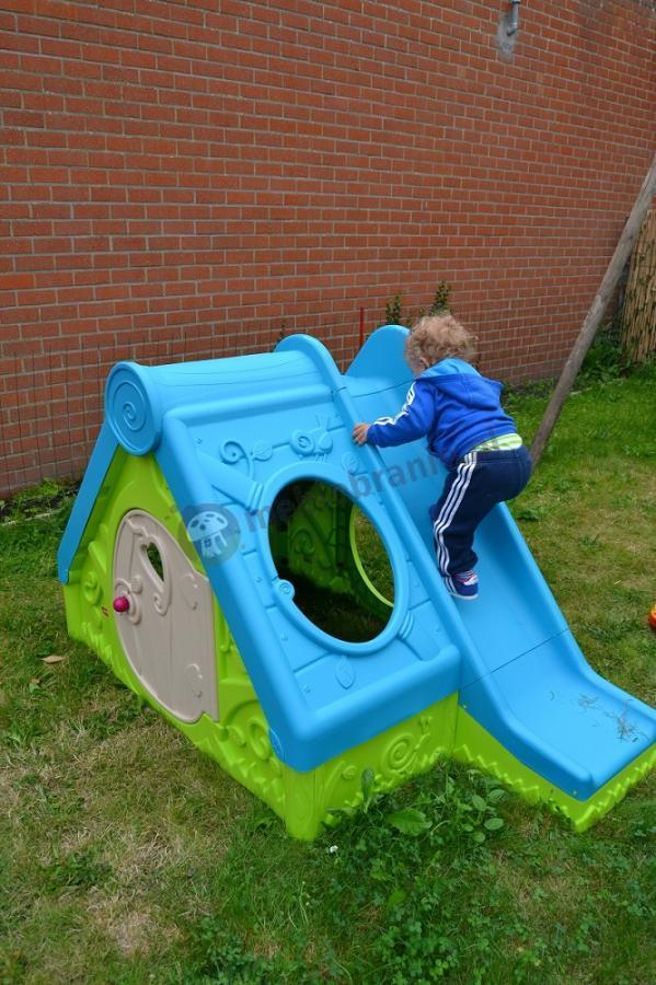 Domek plastikowy dla dzieci używany na obszernym podwórku