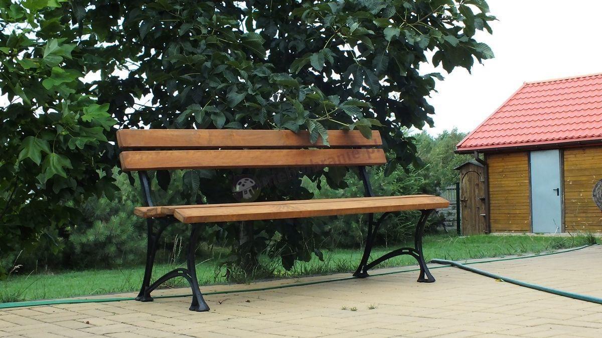 Drewniana ławka ogrodowa Królewska w pobliżu domu