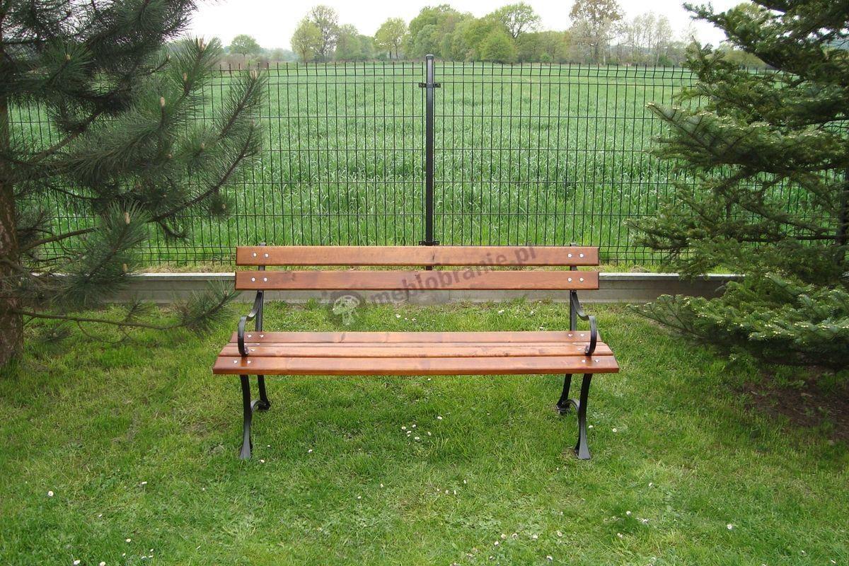 Drewniana ławka ogrodowa ustawiona na trawniku