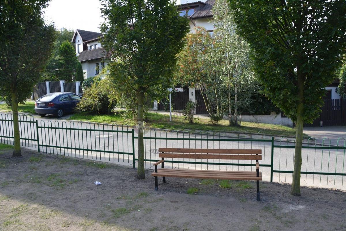 Drewniana ławka z podłokietnikami do parku Tulipan