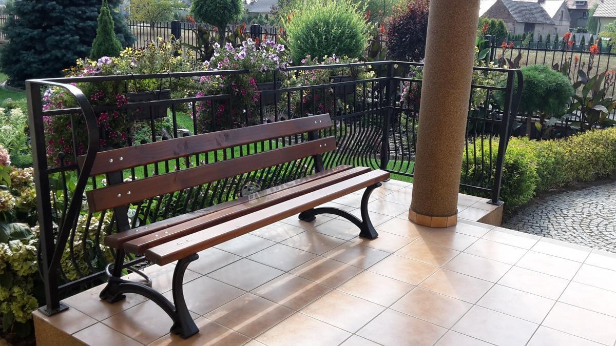 Drewniana ławka żeliwna o długości 180 cm przymocowana do balustrady