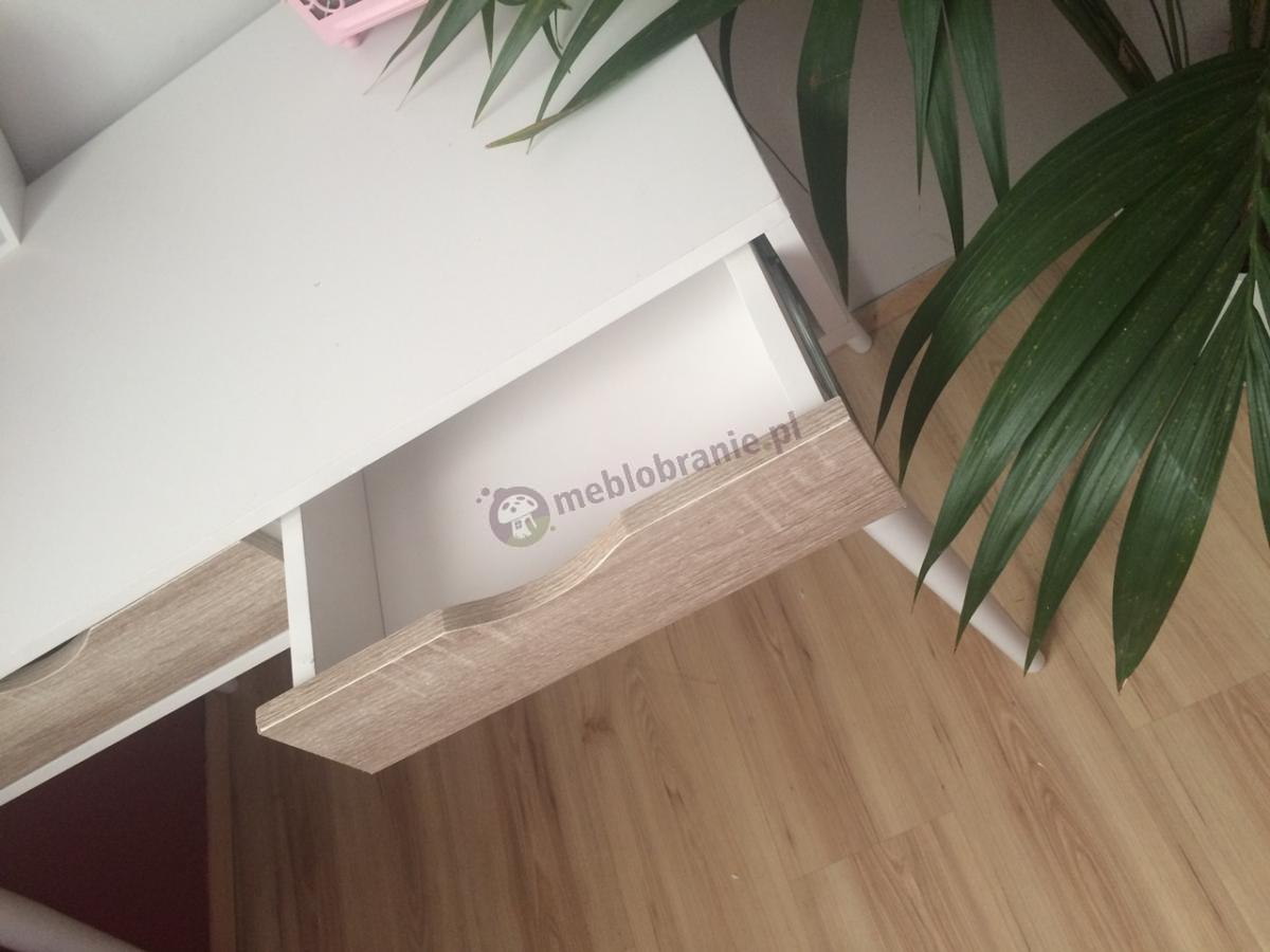 Drewniane biurko w białym kolorze na wysokich nóżkach i z trzema szufladami