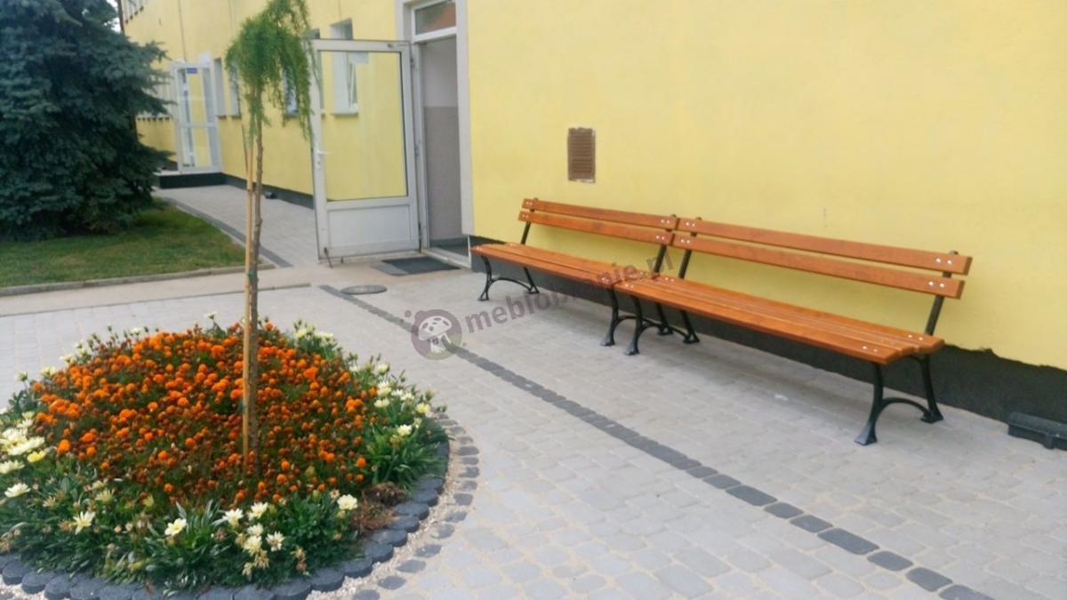 Drewniane ławki ogrodowe przy kwiatowym klombie