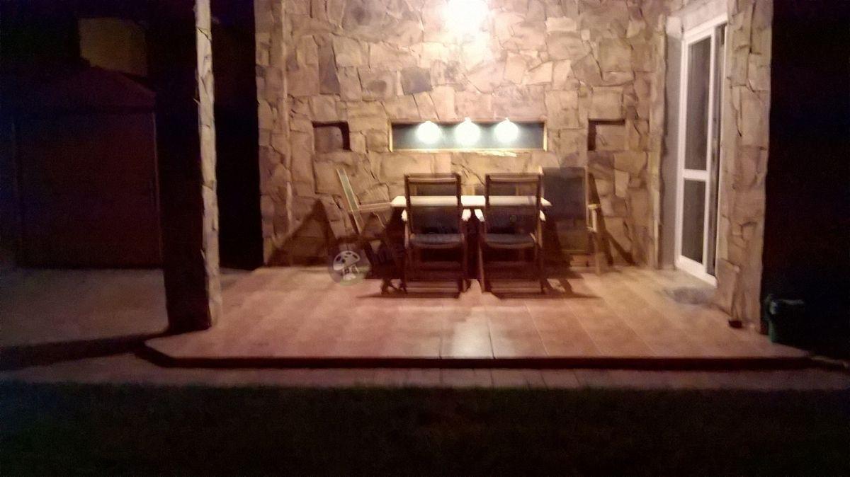 Drewniane meble ogrodowe na dobrze oświetlonym tarasie