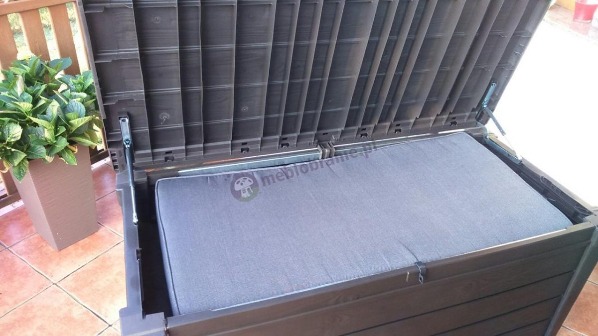 Duża skrzynia do przechowywania na balkon z poduszkami