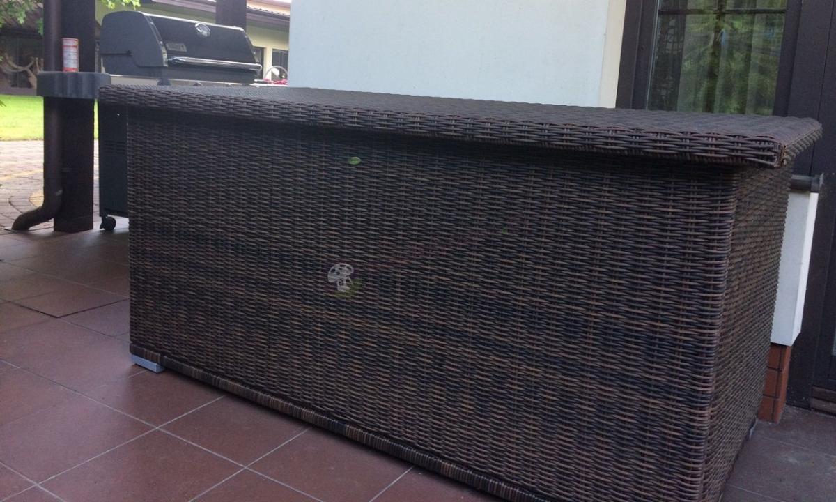 Duża skrzynia z plecionki jak rattanowej na poduszki ogrodowa