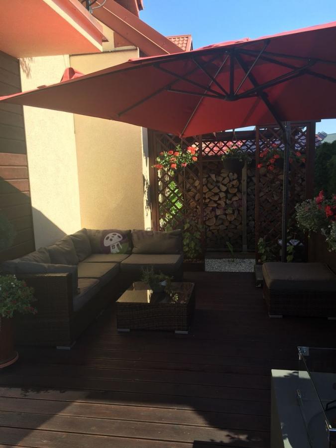 Duże meble balkonowe technorattan pod parasolem ogrodowym