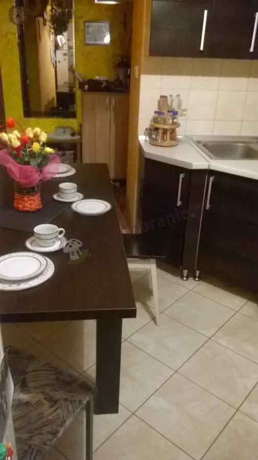 Duży stół rozkładany z elegancką zastawą stołową