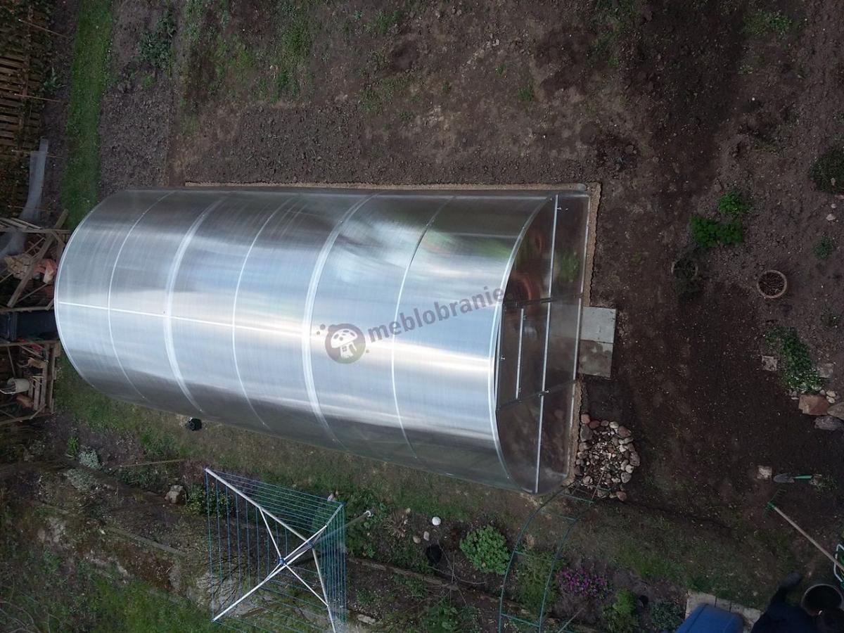Duży tunel ogrodowy z poliwęglanu w przydomowym ogrodzie