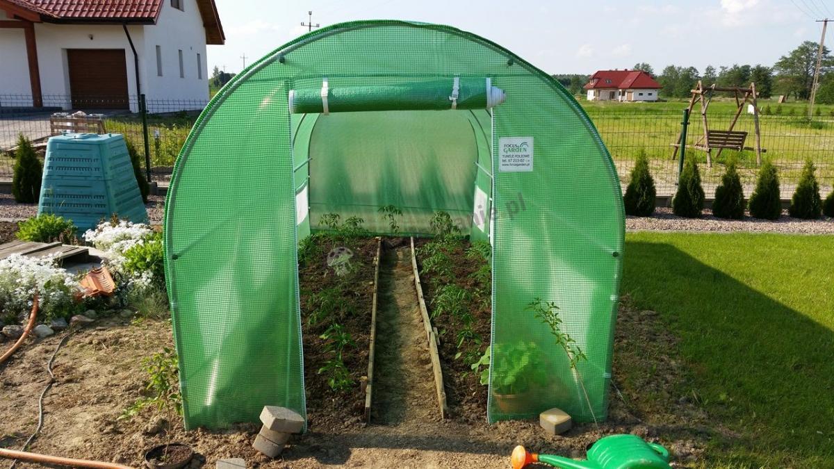 Duży zielony tunel foliowy uprawa warzyw na działce