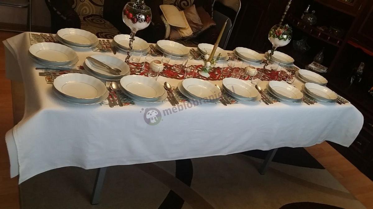 Elegancka dekoracja stołu bankietowego na Boże Narodzenie