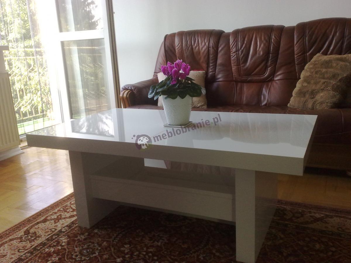 Elegancka ława Aversa w oświetlonym salonie