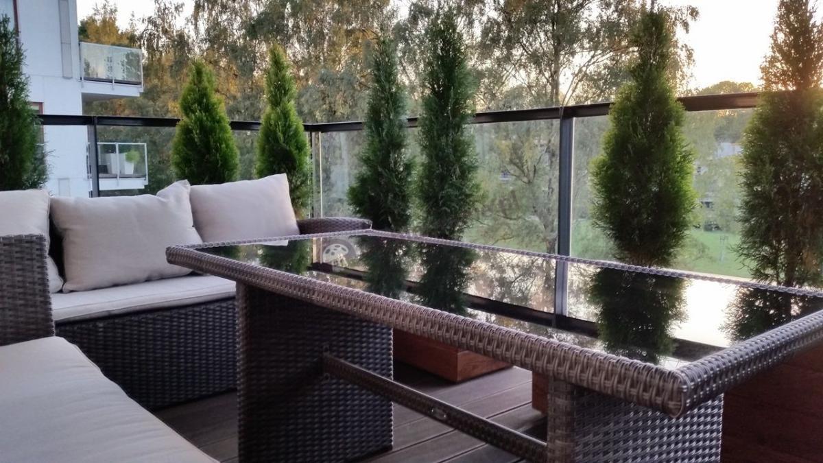 Elegancki komplet ogrodowy technorattan na dużym balkonie