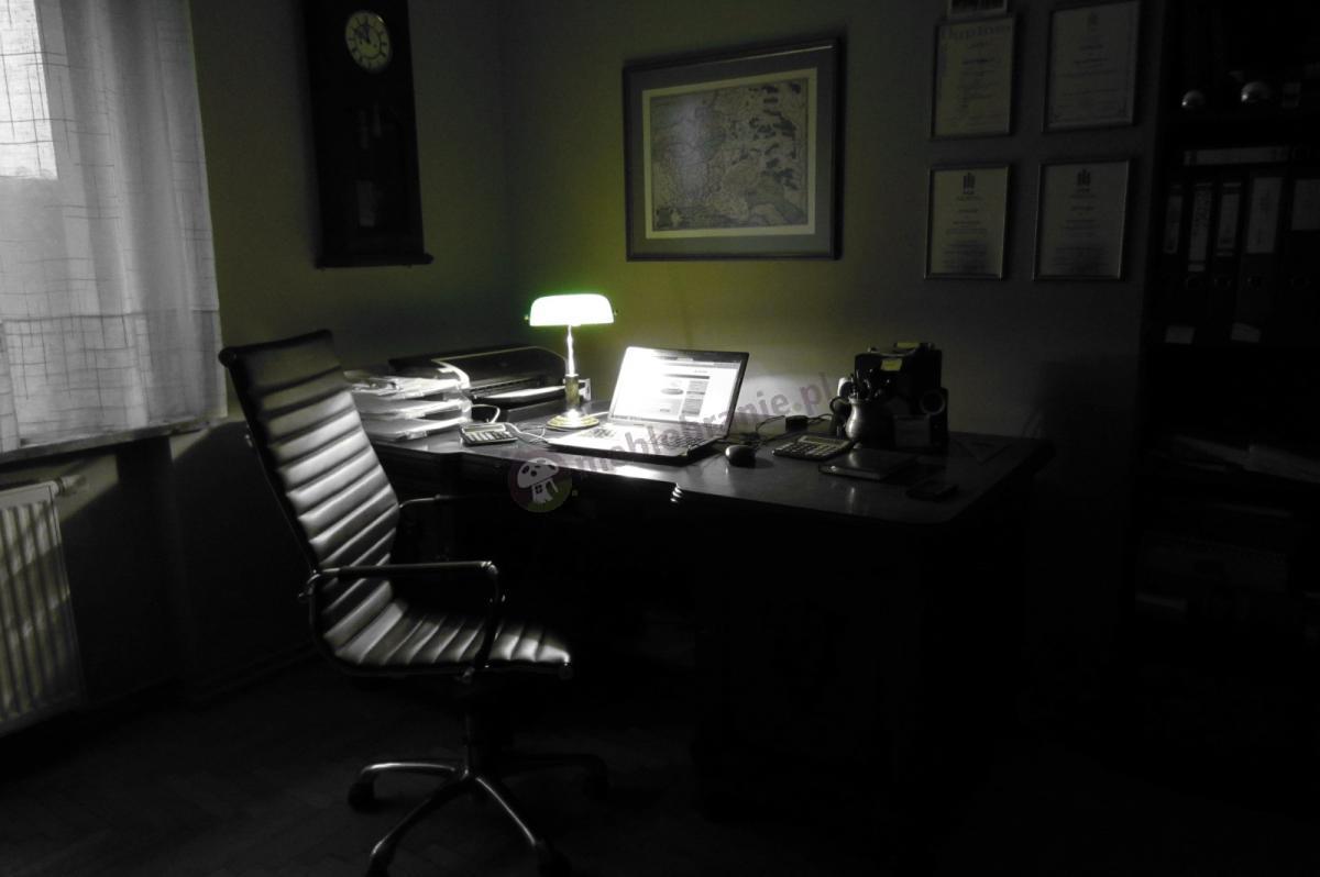 Elegancki obracany fotel biurowy w delikatnej poświacie lampki
