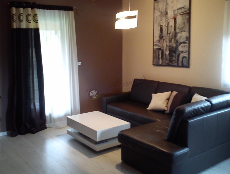 Biały stół Tora z czarną sofą
