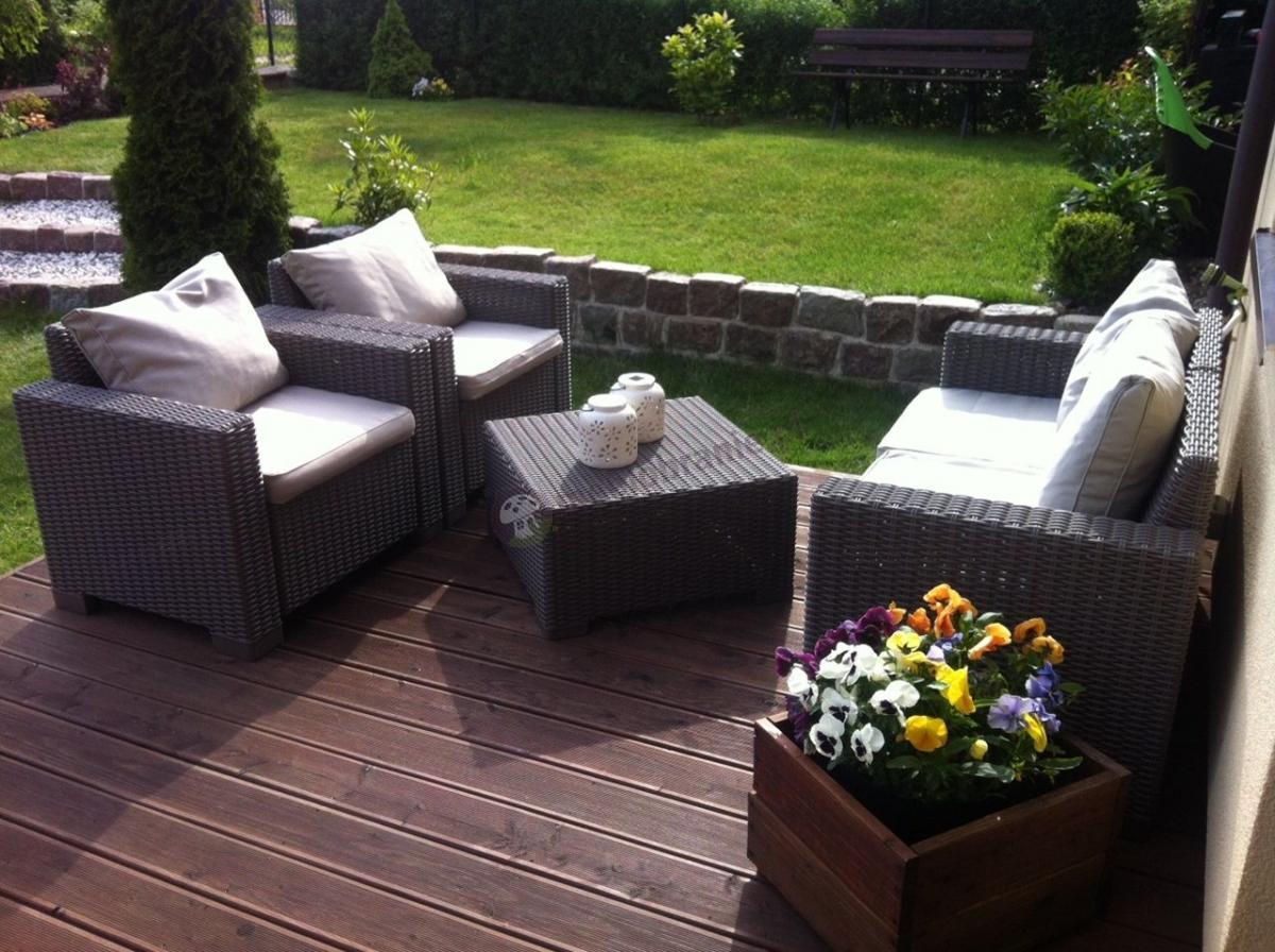 Eleganckie meble na taras i ogród z grubymi poduszkami
