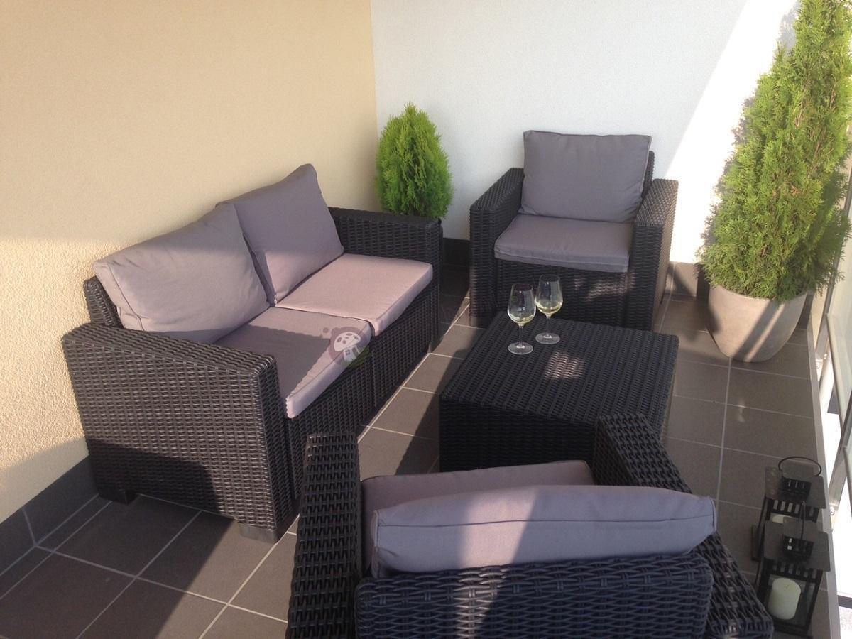 Eleganckie meble ogrodowe California używane na balkonie