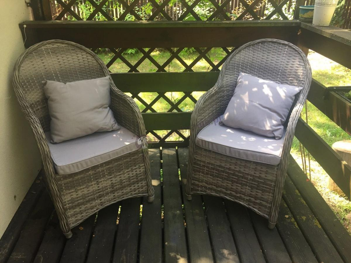 Estetycznie wykończone fotele z technorattanu Altito z poduszkami oparciowymi i siedziskowymi
