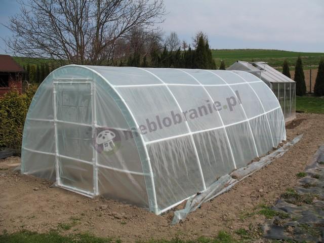 Foliak z rurek PCV chroniący dużą grządkę warzywną w ogrodzie