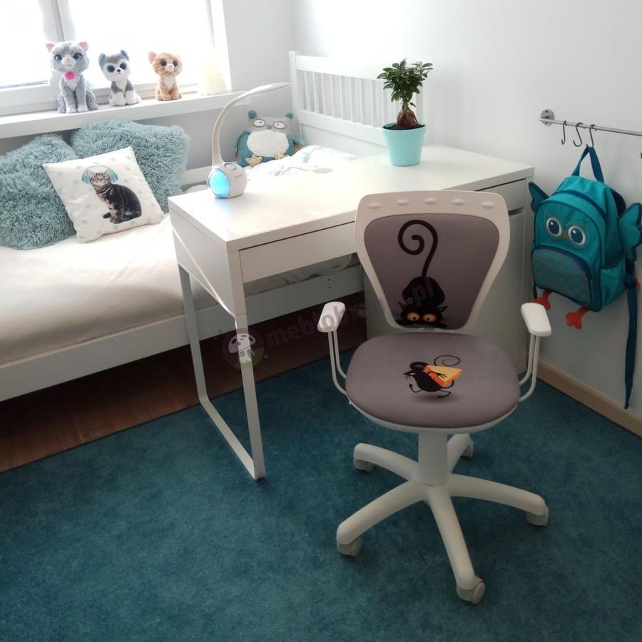 Fotel dla pierwszoklasistki w ładnej, jasnej aranżacji