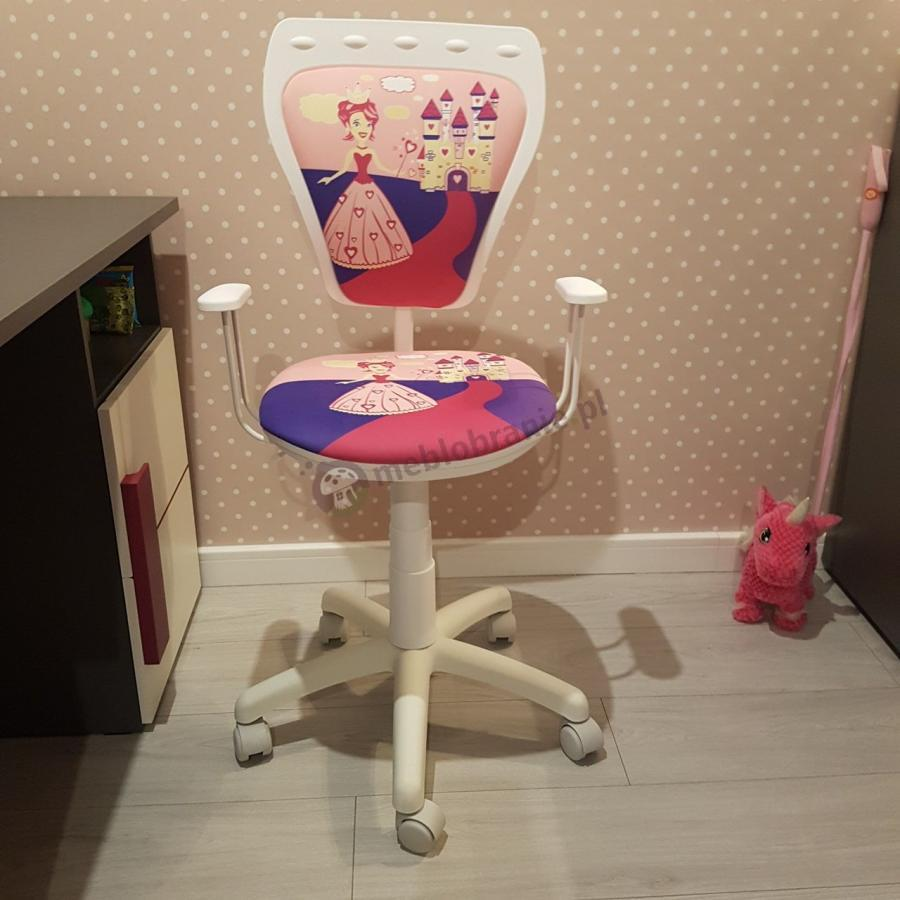 Fotel Ministyle z wzorem księżniczki w ciekawej aranżacji