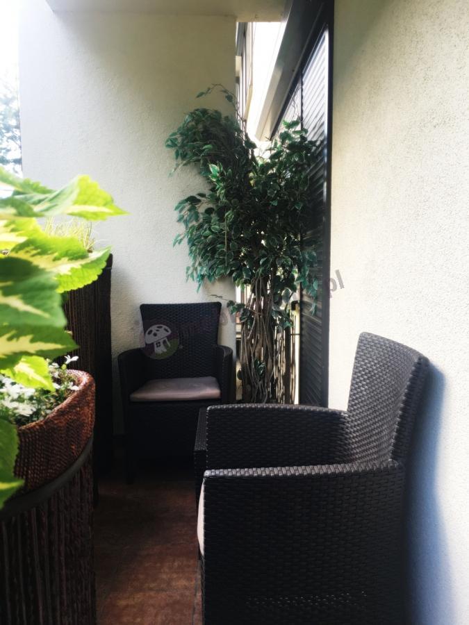 Fotele na balkon w niskiej cenie z wysokim oparciem ze stolikiem kawowym