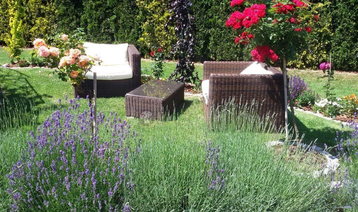 Fotele technorattan w pięknym otoczeniu kwiatów i roślin