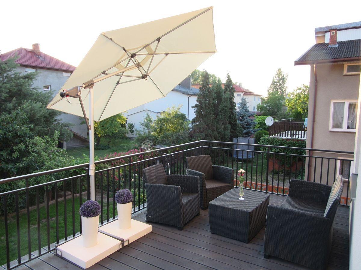 Grafitowy zestaw balkonowy Corona z beżowym parasolem