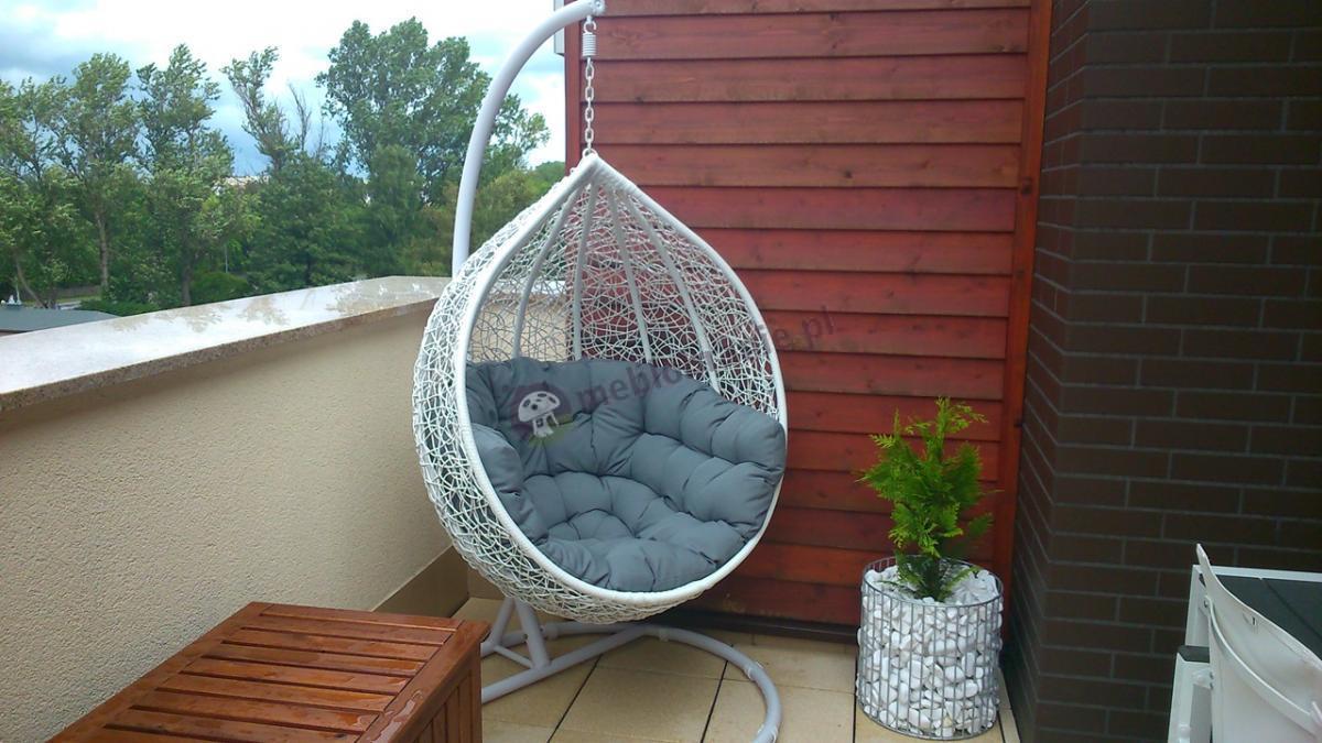 Jasny fotel wiszący jajo na balkonie Cocoon Miloo