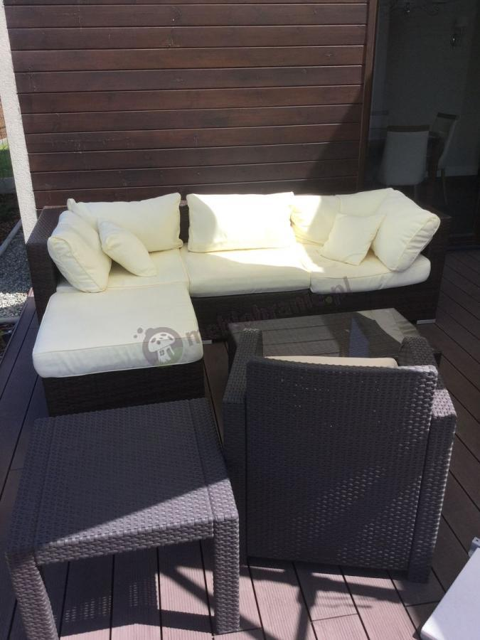 Kanapy technorattan z jasnymi poduszkami Nilamito