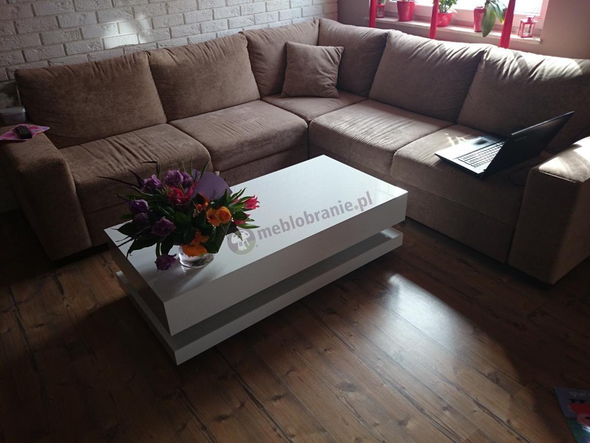 Kawowy stolik Tora w białym kolorze ozdobiony bukietem kwiatów