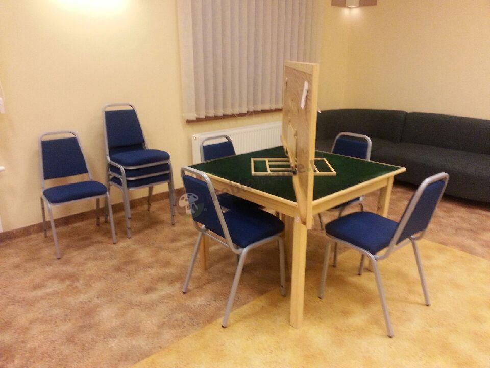 Komplet krzeseł bankietowych w niebieskim kolorze w przestronnym pomieszczeniu