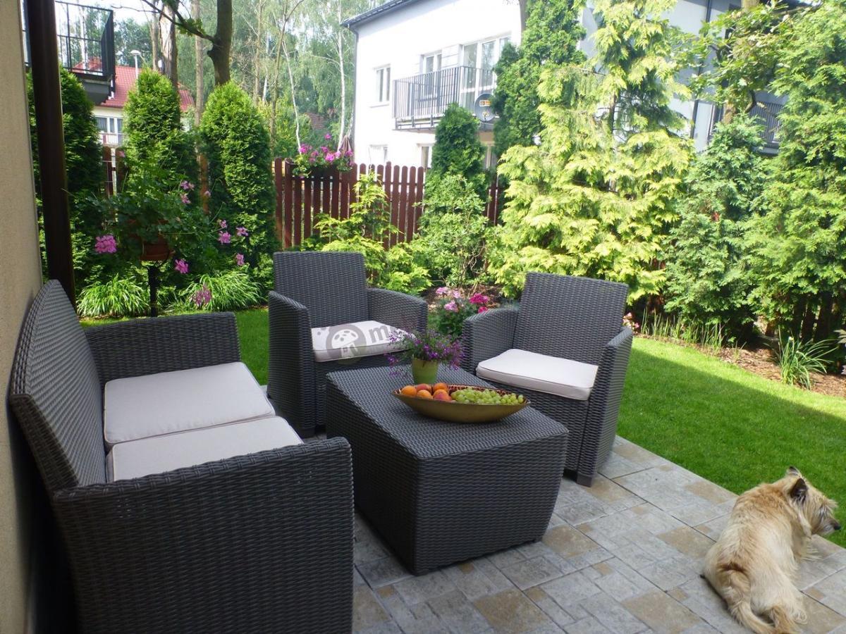 Komplet mebli ogrodowych Corona Box przypominająca naturalny ratan