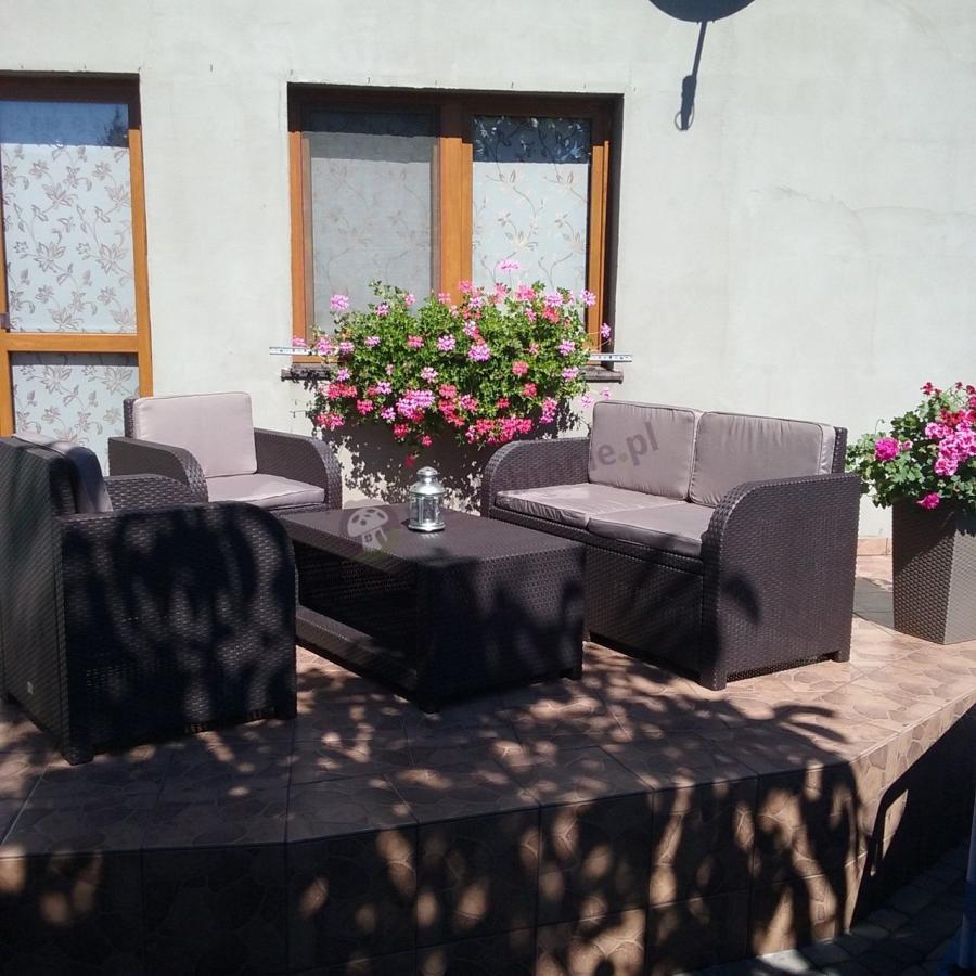 Komplet mebli ogrodowych Modena otoczony pięknymi kwiatami