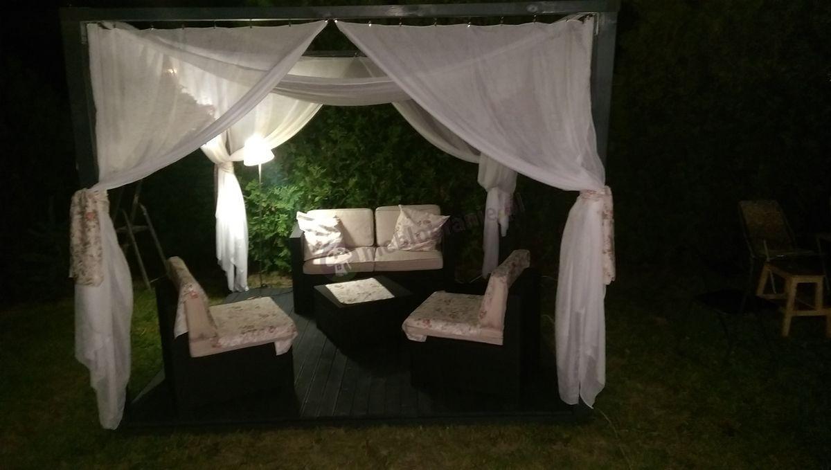 Komplet mebli ogrodowych w wieczornej aurze