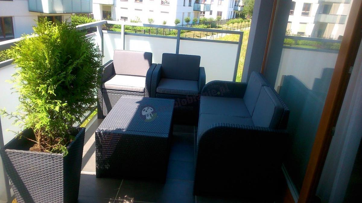 Komplet ogrodowy wypoczynkowy używany na miejskim balkonie