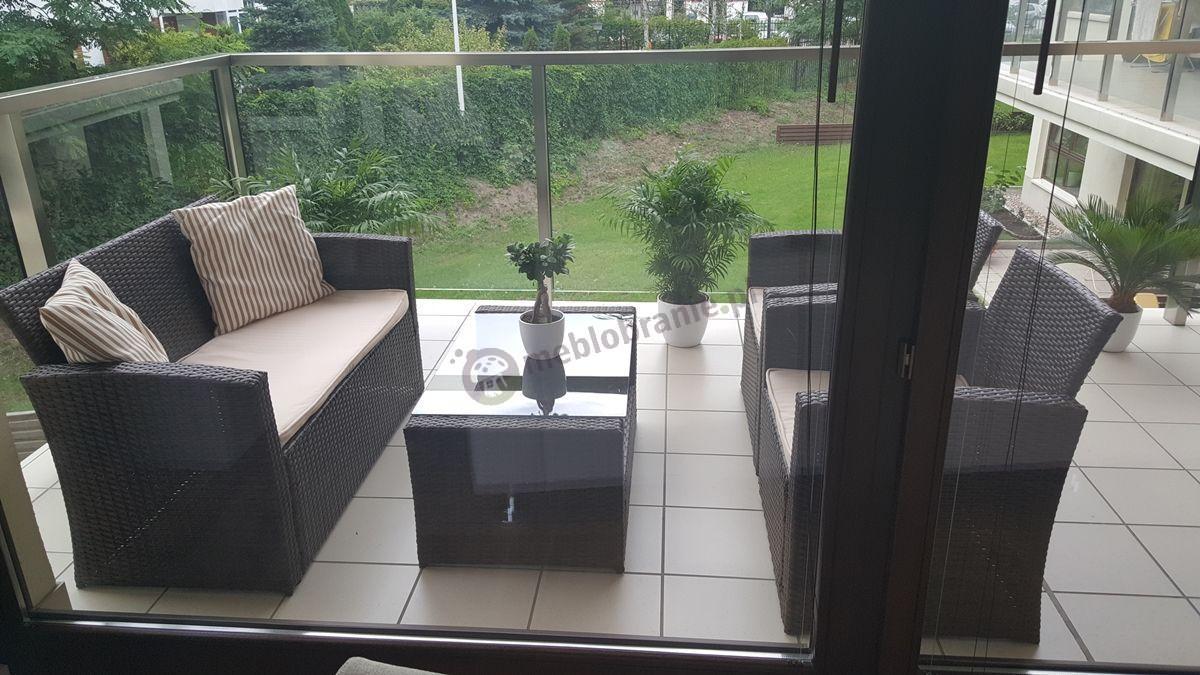 Komplet wypoczynkowy z technorattanu na nowoczesnym balkonie