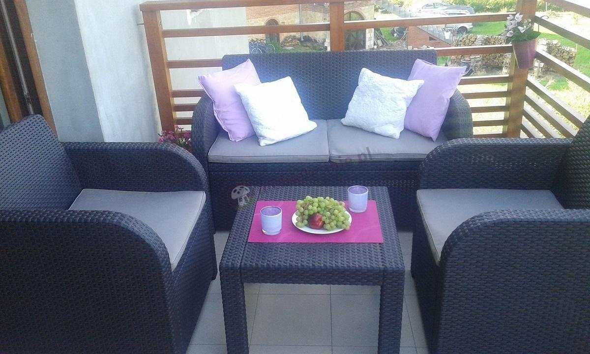 Komplety na balkon brązowe z jasnymi poduszkami