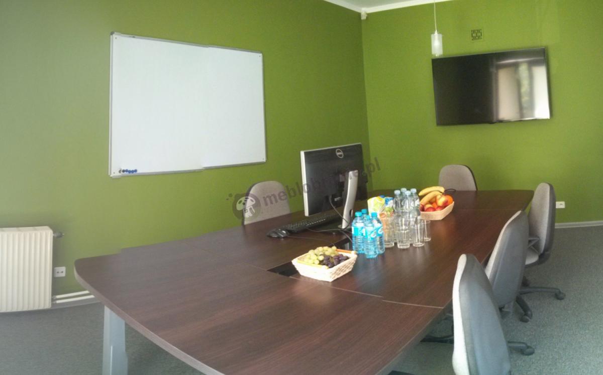 Konferencyjny stół Rumba w niewielkiej sali przed szkoleniem
