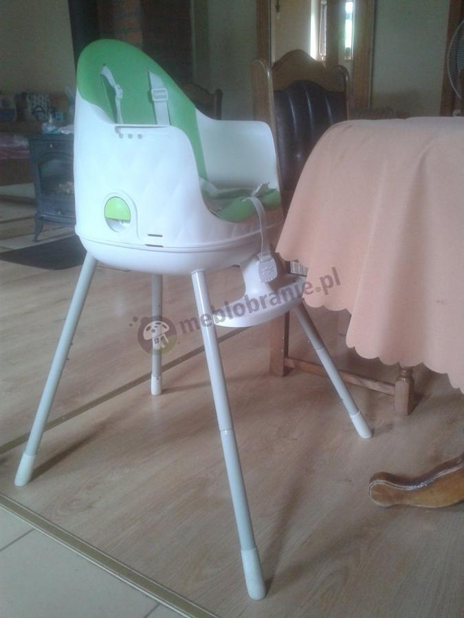 Krzesełko do jedzenia dla dzieci ustawione przy stole