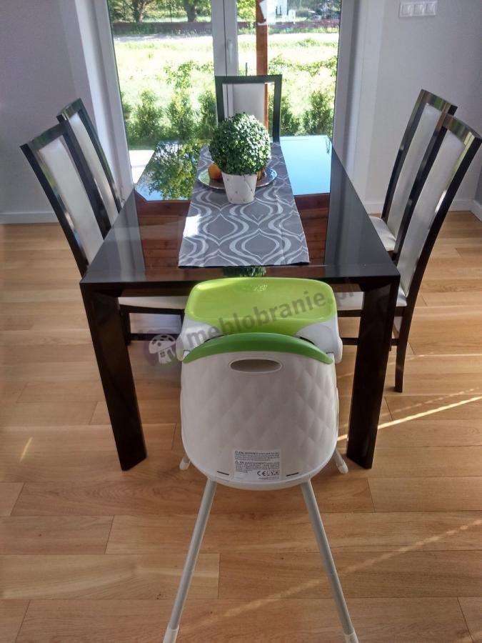Krzesełko plastikowe dziecięce przy stole z normalnymi krzesłąmi - Keter Multidine zielony