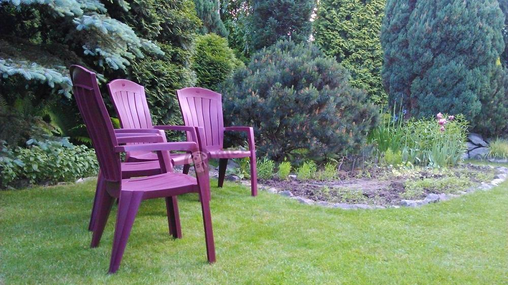 Krzesła do ogrodu plastikowe w kolorze czerwonym