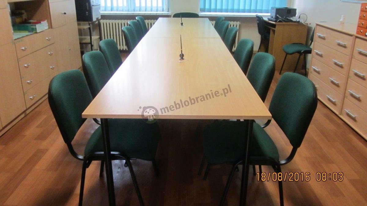 Krzesła konferencyjne ISO ustawione przy stole