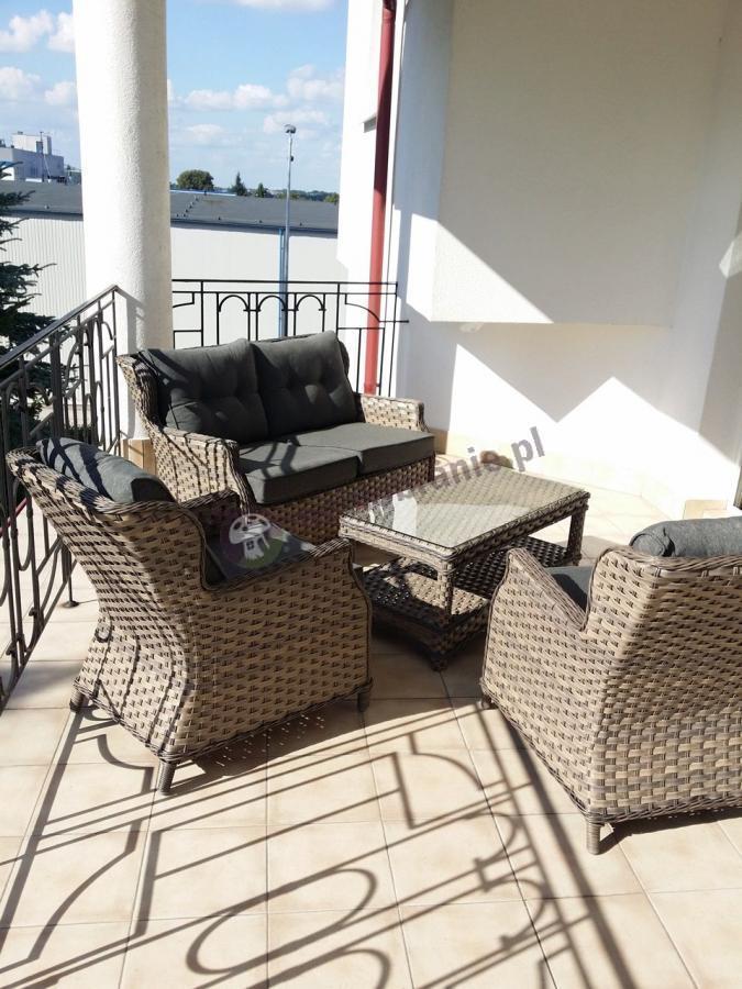 Krzesła ogrodowe technorattanowe w zestawie z sofą i stolikiem
