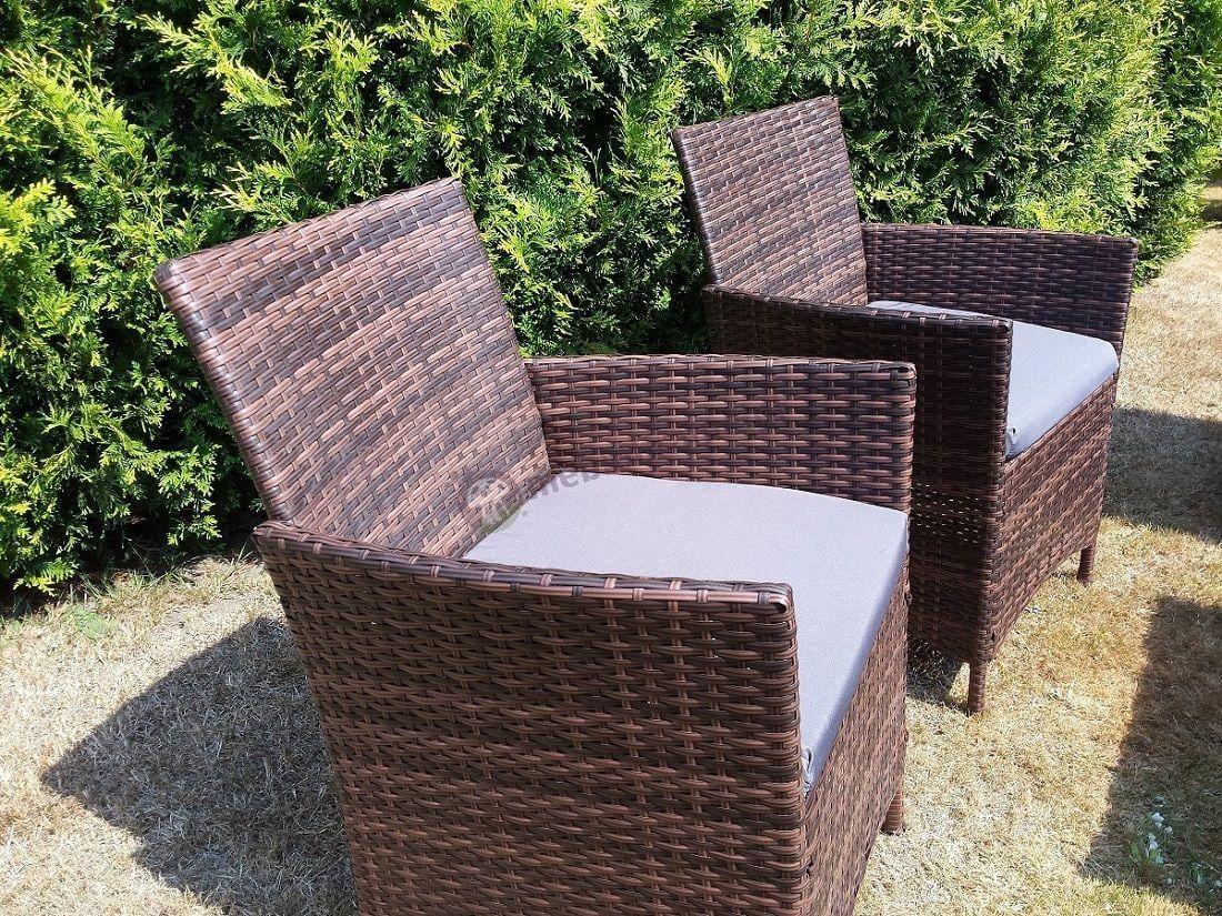 Krzesła ogrodowe z technorattanu w zielonym ogrodzie