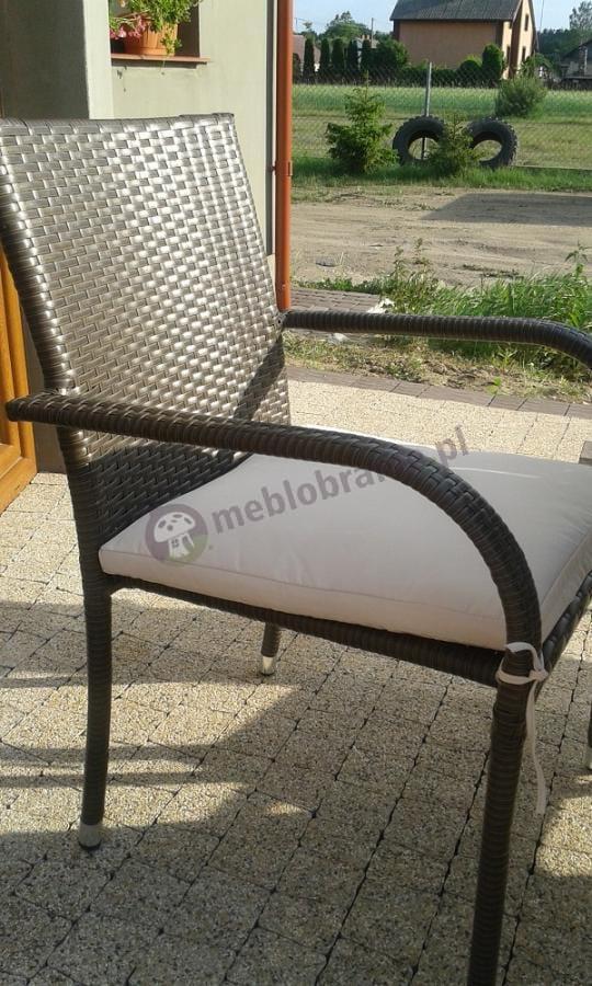 Krzesła technorattanowe w komplecie z okrągłym stolikiem