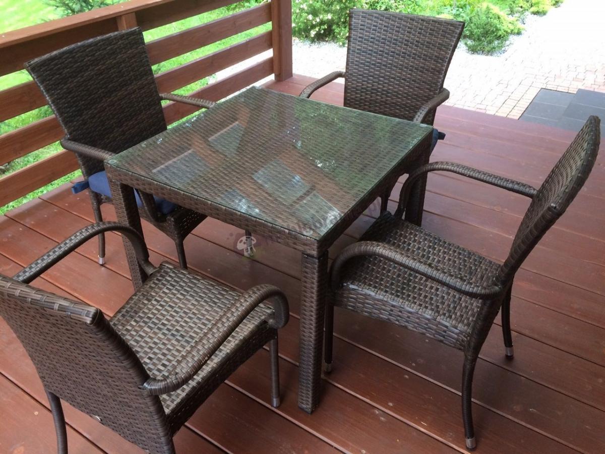 Krzesła technorattanowe w komplecie z technorattanowymi stołami