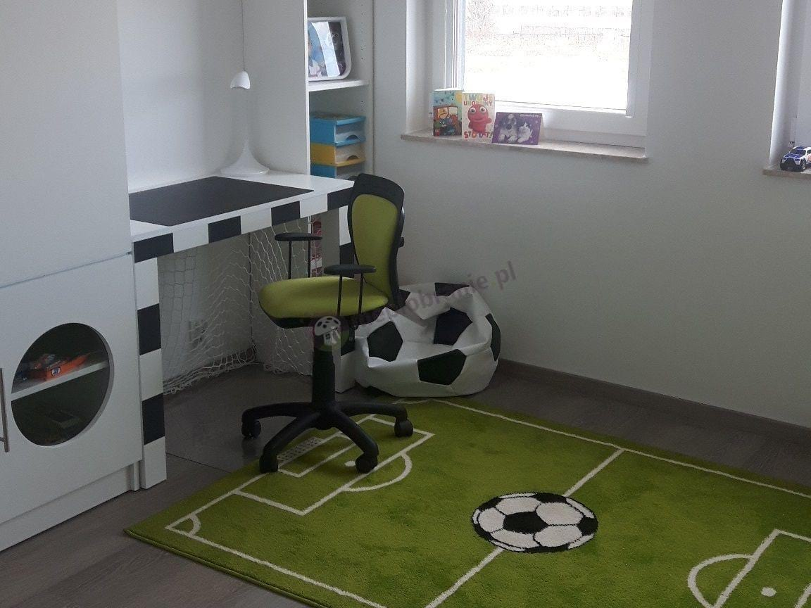 Krzesło obrotowe do biurka dla dzieci w pokoju piłkarskim